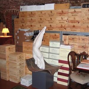 Weinkisten im Gewölbekeller